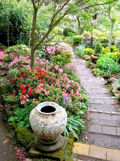 421c4cc929d Тя придава завършен вид на двора, обединява отделните участъци в градината,  спомага за постигането на цялостен ансамбъл. Видът и броят на пътеките  зависи ...