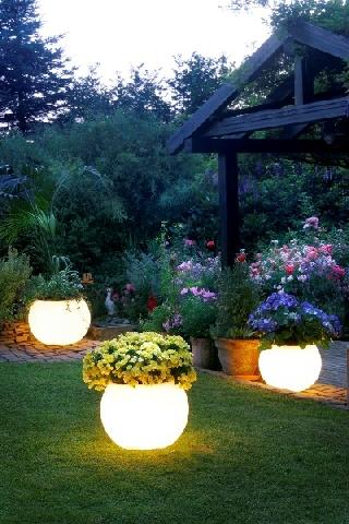 52ec8a6688c Осветлението придава на градината неповторимо очарование, тя изглежда  по-различно, сякаш е облякла празничен вечерен тоалет. Играта на светлините  създава ...