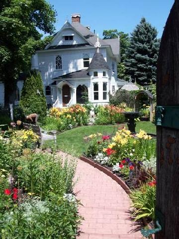 74d836adb87 Не винаги подредените и равни алеи и площадки са най-красивите.  Привлекателно и естествено изглеждат градинските пътеки, във фугите на  които са се настанили ...